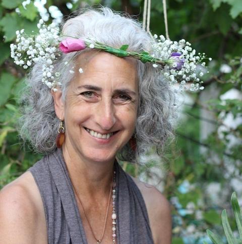 סוזן ג'יליאן סונאיה אמנית רב תחומית, זמרת ויוצרת בחומרים מן הטבע, מנחה סדנאות יצירה, מפגשים עם הקול ומטפלת ברפלקסולוגיה.