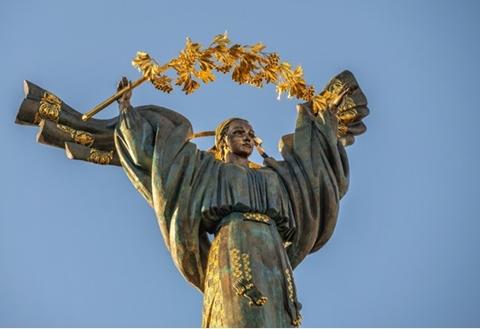 קלשון העצמאות של אוקראינה. שדות מוריקים, דגלים צהובים ומהפכה כתומה