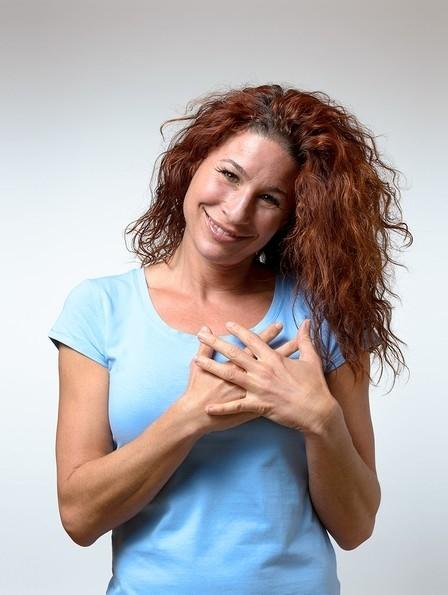 אישה שמה ידיה על ליבה כאמירת תודה